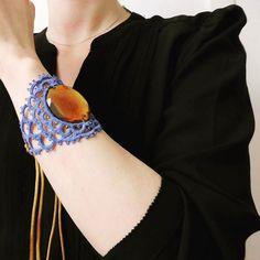 Blue scales bracelet/choker #tatting #tattinglace #occhi #schiffchenarbeit #frivolité #bracelet #brazalete #bluejewellery #bluebracelet #bluenecklace #jewellery #joieria #joyeria #jewelry #amber #plasticbeads #glassbeads #glassbeadsbracelets #handdyed #handmadejewellery #hechoamano #choker