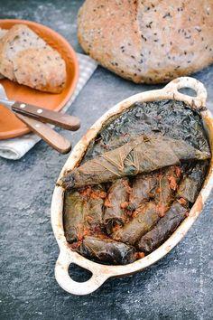 Sărmăluţe cu carne de miel în frunze de tei, mici cât un degetar, aromate şi bune de se topesc în gură! Cum se aleg frunzele de tei, cum se fac sărmăluţele, cât se fierb şi cum se servesc. Pe orici… Romanian Food, Food And Drink, Cooking, Honey, Salads, Kitchen, Brewing, Cuisine, Cook