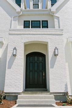 Black front door on a white painted brick home dream houses фасады домов и Farmhouse Front Porches, Modern Farmhouse Exterior, Modern Farmhouse Style, Farmhouse Homes, English Farmhouse, Modern Landscape Lighting, Black Front Doors, Bench Decor, House Front Door