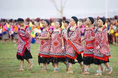 Ludzidzini Swaziland Africa - Annual Umhlanga or reed dance ceremony in which up to 100000 young Swazi women gather to celebrate their virginity and honor the queen mother during the 8 day long event. Zulu Traditional Attire, Traditional Wedding Attire, African Traditional Wedding, African Traditional Dresses, Traditional Outfits, Traditional Weddings, African Wedding Attire, African Attire, African Wear