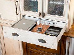 Oculta el lugar de carga en un cajón de la cocina o de tu mesilla, simplemente realizando unos pequeños agujeros en el cajón para introducir una regleta.