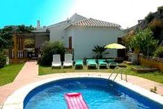 Superbe villa avec barbecue, terrasse piscine privée, parking, salle de séjour avec cheminée.