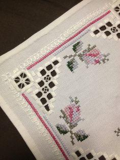 Pequeño mantel lino bordado de Hardanger. Artesanía escandinava.