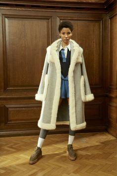 The complete Stella McCartney Pre-Fall 2016 fashion show now on Vogue Runway. Fall Fashion 2016, Fashion Week, Autumn Winter Fashion, Fashion Show, Fur Fashion, Stella Mccartney, 2016 Trends, Fall Trends, Hollywood Stars