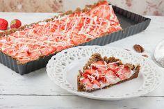 Deze aardbeien pecannoot taart kun je in een half uur maken. Heerlijk frisse aardbeien op een pecannoot taartbodem met roomkaas.
