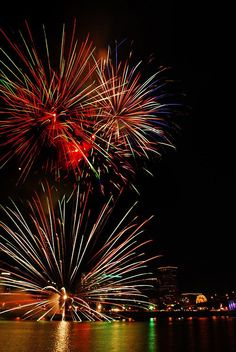 100 Breathtaking Fireworks Photography Around The World - Hongkiat - Events in World Happy 4 Of July, Fourth Of July, Black Eyed Peas, Fireworks Photography, Fireworks Photos, Fireworks Displays, Fire Works, Amazing, Awesome