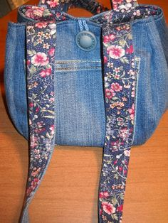 Sew What!: From Jeans to Tulip Bag in a Jiffy (I have the tulip bag pattern and old jeans - love this!)
