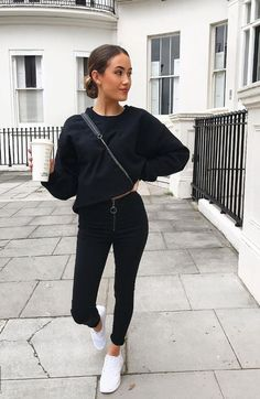 Fashionable Black Jeans Outfit for Street with Skinny Fit and Front Zip Detail Jean Jacket Outfits, Outfit Jeans, Black Jeans Outfit Casual, Sweatshirt Outfit, Casual Work Outfits, Mode Outfits, Hijab Casual, Casual Dresses, Winter Fashion Outfits