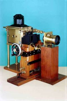 https://zeiteye.files.wordpress.com/2012/07/1893_muybridge_zoopraxiscope_projector_c.jpg?w=389