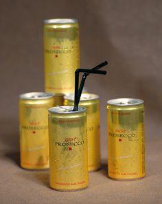 """Prosecco to go - Haben Sie keine Lust, einen großartigen Sektempfang zu organisieren? Wie wäre es dann mit der """"to go""""-Variante? Wir finden die kleinen Dosen ganz pfiffig. Und wer mag, addiert noch einen hübschen Strohhalm passend zum Farbkonzept der Hochzeit dazu. Wenn Sie es etwas stilvoller mögen, servieren Sie stattdessen Prosecco-Flaschen."""