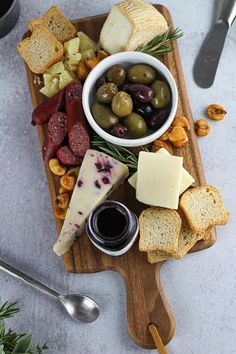 Cheese Platter Board, Charcuterie And Cheese Board, Cheese Platters, Food Platters, Cheese Boards, Plateau Charcuterie, Charcuterie Recipes, Cooking For One, Meat And Cheese
