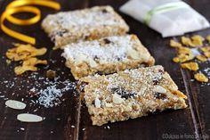"""Barrette ai cereali e mele: delle golose barrette """"energetiche"""" preparate con fiocchi di avena, corn flakes, mandorle, nocciole, uvetta, mele e non solo.."""