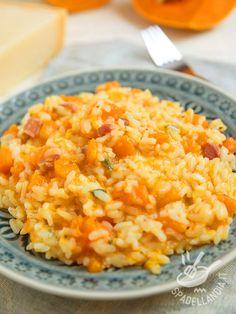 Il Risotto con bacon zucca e parmigiano: un piatto molto saporito che unisce alle virtù salutari della zucca tutto il gusto del bacon croccante.