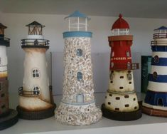 Iluminación con vela Clay Pot Lighthouse, Lighthouse Painting, Crafts To Sell, Home Crafts, Cardboard Recycling, Pallet Christmas Tree, Clay Pot Crafts, Roof Tiles, Fairy Houses