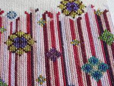 Cross Stitch, Flowers, Punto De Cruz, Seed Stitch, Cross Stitches, Royal Icing Flowers, Flower, Crossstitch, Florals