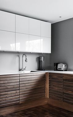 Inspiring Kitchen Cabinet Colors and Ideas That Will Blow You Away - Page 4 of 46 - different kitchens Cute Kitchen, New Kitchen, Kitchen Cabinet Colors, Kitchen Cabinets, 1950s House, Modern Kitchen Design, Cool Kitchens, Sweet Home, Bad