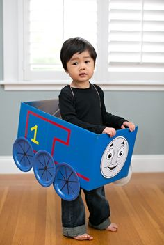 15 Tolle Thomas The Train Party-Ideen - Pretty My Party - Party-Ideen, Cardboard Train, Cardboard Costume, Train Carton, Friend Costumes, Trains Birthday Party, Thomas Birthday Cakes, Car Party, Diy Halloween Costumes, Pirate Costumes