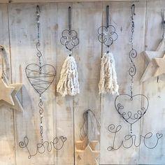 """ArtesAna.Hogar 🍃 en Instagram: """"No se olviden seguimos a full todo el finde XXL 🤗🙌 domingo, lunes y martes desde las 10 Se van a enamorar 🥰🥰 todo es tan lindo. . . Para…"""" Wire Hanger Crafts, Wire Crafts, Diy Home Crafts, Metal Crafts, Crafts To Make, Arts And Crafts, Paper Crafts, Wire Hangers, Copper Wire Art"""