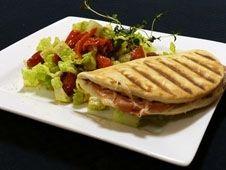 Grillet Lunabrød med skinke, ost, pesto og salat  med grillet paprika og oliven