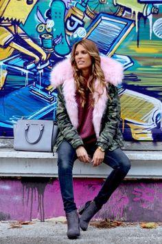 El clon más buscado: Parka con pelo rosa http://www.modaencalle.com/el-clon-mas-buscado-parka-con-pelo-rosa/