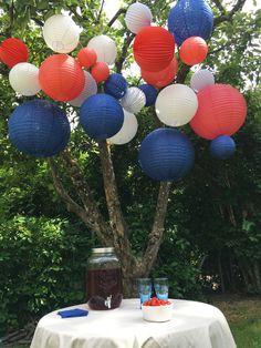 Une déco bleu blanc rouge #bleublancrouge #france #deco #14juillet #fetenationale #coupedumonde #decofrance #decojardin #lanterne #boulepapier Deco France, Pop Up, Brunch, Table Settings, Blue And White, Diy Crafts, Red, Display Cases, Birthday Display