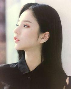"HEEJIN • 희진 • ฮีจิน auf Instagram: ""【PIC】LOONA - #X_X Album Repackage Photobook © loona_1st #희진 #Heejin #ฮีจิน ° ▪ ▪ ▪ #이달의소녀 #LOONA #MIXNINE #전희진 #JeonHeejin #visual #kpop…"" Sooyoung, South Korean Girls, Korean Girl Groups, Olivia Hye, K Idol, Beautiful Asian Girls, Pop Group, Girl Crushes, Kpop Girls"