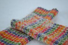 Aurinkoiset säärystimet. Satunnaisesti puikoilla - käsityöblogi. #neulonta Posts, Blanket, Crochet, Blog, Messages, Ganchillo, Blogging, Blankets, Cover
