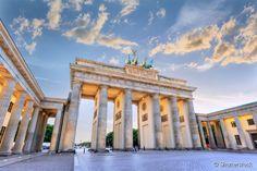 Portão de Brandemburgo: a única porta que permanece de pé na capital alemã foi construída no final do século 18, em estilo neoclássico, inspiranda no Propylaeum, localizado na Acrópole de Atenas. Em ambos os lados, há seis colunas dóricas que apoiam a viga transversal superior. Em 1793, a quadriga desenhada por Johann Gottfried Schadow foi acrescentada ao topo do portão. Desde a queda do Muro de Berlim, em 1989, passou a simbolizar a união das duas Alemanhas, sendo hoje um dos pontos…