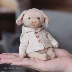 Вот такие мы, малюююююсенькие)) 🐷☺️ ⠀⠀ Пока мишки ждут своей очереди, ещё только раскроенные✂️, здесь будет Фаня. Каждый раз собираюсь… Bears, Teddy Bear, Puppies, Dolls, Friends, Handmade, Animals, Plushies, Animais