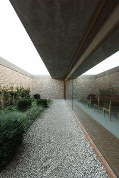 Image 6 of 23 from gallery of Ingelheim Funeral Chapel / Bayer & Strobel Architekten. Courtesy of Bayer & Strobel Architekten Landscape Architecture, Interior Architecture, Landscape Design, Garden Design, Landscape Materials, Exterior Design, Interior And Exterior, Home Interior, Casa Patio