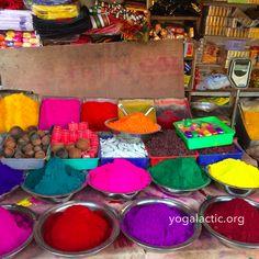 Zmyslová explózia farieb, vôní a zvukov na trhu Devaraja. EN Sensual explosion of colors, scents, and sounds in Devaraja