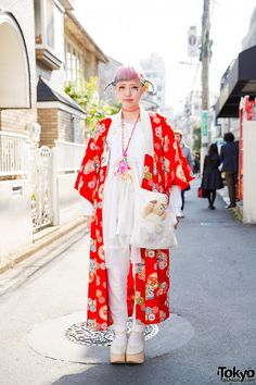 April 2016: Am. Her kimono jacket is from the Japanese resale shop Chicago, worn over a Gunifuni babydoll top and Uniqlo sweatpants. Her lace and plushie bag is handmade while her white rocking horse shoes are from Tokyo Bopper. She is also wearing other handmade accessories, a pink tattoo necklace, face stickers, and anime buttons.