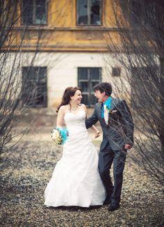 Romantická svatba se dá fotografovat i v zimě. Fotografováno na Silvestra v Kadani podhradbami při -2°C