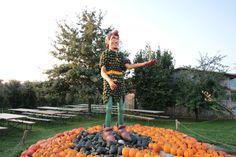 """Peter Pan Kürbisfigur mit Tinkerbell auf dem Bächlihof. Kürbisausstellung """"Fabelwesen"""" bei Jucker Farm. Peter Pan, Tinkerbell, Magical Creatures, Sculptures, Tinker Bell, Peter Pans"""
