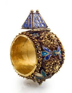 Same type of ring-shaped house, a broadband enamelled with leaves in blue, green and white filigree rosettes between, the house is surrounded by four reasons enamel forget-me-not. Jewish Rings
