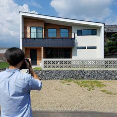 いいね!150件、コメント6件 ― @mak.mybのInstagramアカウント: 「◼撮影◼m.2017.8.6 今日は雑誌の撮影。 まだほとんど外構進んでいなくて申し訳ない限りでしたが.... 無事終わりました😅 #マイホーム記録 #SE構法 #外観 #耐震構法 #新築…」 Passive Design, Japanese Modern, Indoor Outdoor, Outdoor Decor, Hotel Suites, Gaudi, Exterior Design, My House, Facade