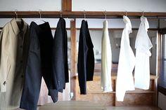 「私服の制服化」とは、手持ちの洋服を断捨離して、少ない数でも上手に着回しながらおしゃれを楽しむ方法です。基本のコーディネート(上下3セット)+10着で過ごす、大人気ミニマリストのやまぐちせいこさんに、「私服の制服化」のコツを教えていただきます。