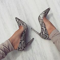 Amazing animal printed pumps with grey pants - LadyStyle Hot Shoes, Crazy Shoes, Me Too Shoes, Stilettos, Pumps Heels, Gold Heels, Pretty Shoes, Beautiful Shoes, Glamouröse Outfits