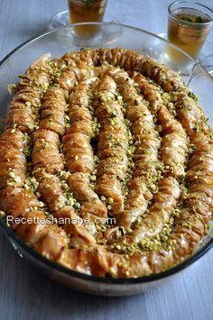 Baklawa rolls à la pistache Algerian Recipes, Lebanese Recipes, Lunch Recipes, Sweet Recipes, Dessert Recipes, Plats Ramadan, Tunisian Food, Middle Eastern Desserts, Speed Foods