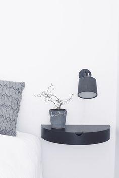 Sengebord med skjult skuffe i sort