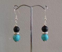 Turquoise reconstituée et verre noir : boucles d'oreille perles et métal : Boucles d'oreille par micio-miao