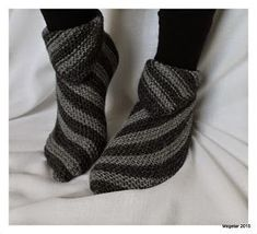 Megetar: Helpot ja hauskat tossut + ohje Wool Socks, Knitting Socks, Crochet Chart, Knit Crochet, Knitting Designs, Knitting Patterns, Cute Slippers, Yarn Ball, How To Purl Knit