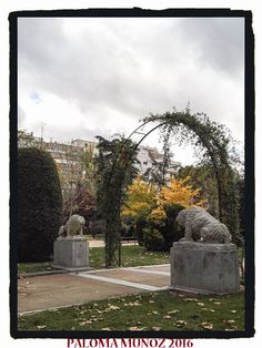 Esculturas de piedra de dos animales en los jardines de Herrero Palacios en el Retiro junto a la antigua Casa de Fieras. Stone sculptures of two animals in the gardens of Herrero Palacios in the Retiro next to the old House of Fieras.