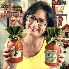 """Aula de segunda às 19h!  """"Era uma vez ...um vidro de compotas sem graça que foi transformado em um porta doces lembrando uma estilosa cenoura country..."""" Meus papéis para decoupage: http://ift.tt/2dFO7Mk  Conto com você! E já vai compartilhando! Beijinhos Tania    #pinturacountry #artesanato  #decoracao #pintura"""