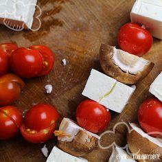 Low Carb Rezept für gegrillte Feta-Gemüse-Spieße mit Tomaten und Champignons. Wenig Kohlenhydrate und einfach zum Nachkochen. Super für Diät/zum Abnehmen.