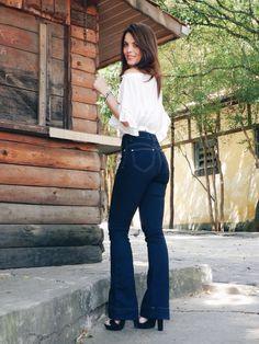 Calça flare jeans e blusa ciganinha com salto ao boho chic style