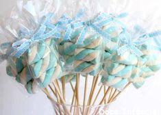 Aprenda como fazer espetinho de marshmallow para eventos infantis. É uma boa opção de petisco doce para fazer e vender ou servir para amigos.
