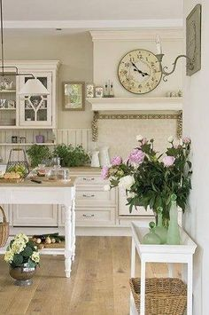 Shabby chic style is so beautiful and so romantic! If you are going to decorate a feminine home and want a warm and inviting feel, this style is perfect. Here is a roundup of awesome shabby chic kitchen designs, which hopefully can inspire you to ad Cozinha Shabby Chic, Shabby Chic Kitchen, Shabby Chic Cottage, Shabby Chic Homes, Shabby Chic Decor, Vintage Kitchen, Country Kitchen, French Kitchen, Cottage Style