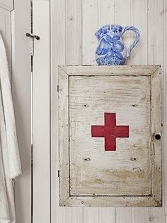 Michelle - Blog #First #Aid #Kit Fonte : http://www.countryliving.com/homes/decor-ideas/red-cross-medicine-chest#slide-34