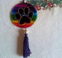 Amuleto de patinha, com acrílico de 7cm de diâmetro, pintura vitral.